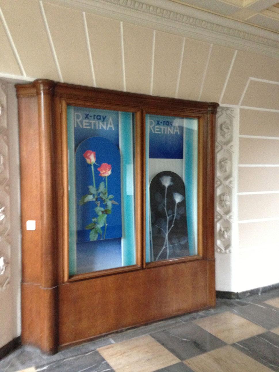Foyer mit Vitrinenschrank